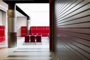 Fotografie interiéru s červenými křesly