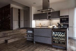 Moderní kuchyně s humidorem, fotografie interiéru