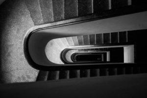 Schodiště historického domu - černobílá fotografie, architektura