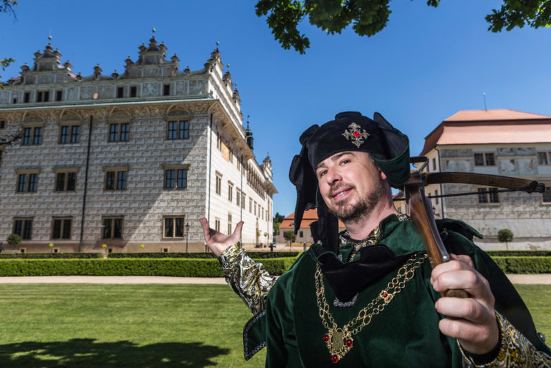 Litomyšl - muž v historickém oděvu - FotoLittera, v pozadí zámek