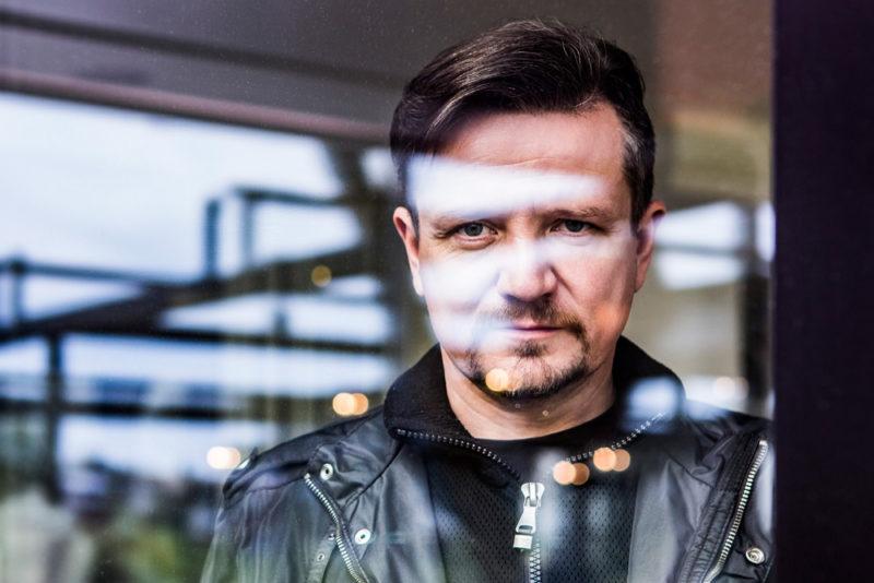 Portrét muže za sklem- foto Ondřej Littera