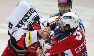 Hokejová rvačka - sportovní fotoreportáž