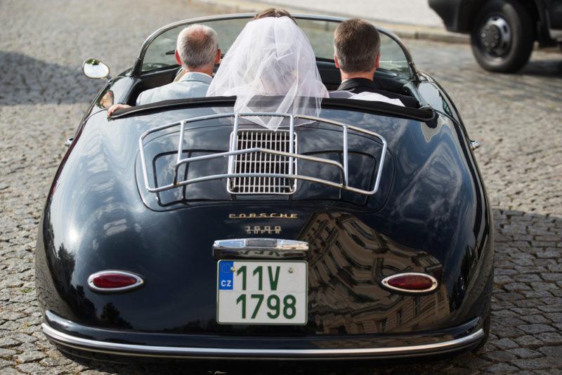 Nevěsta se závojem v automobilu - svatební fotografie