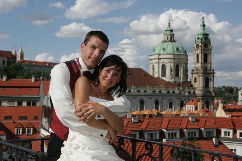 Svatba v Praze, svatební fotogradice s chrámem v pozadí