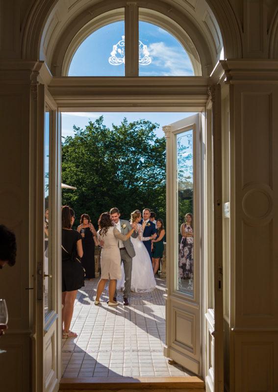 Svatební tanec na terase zámku