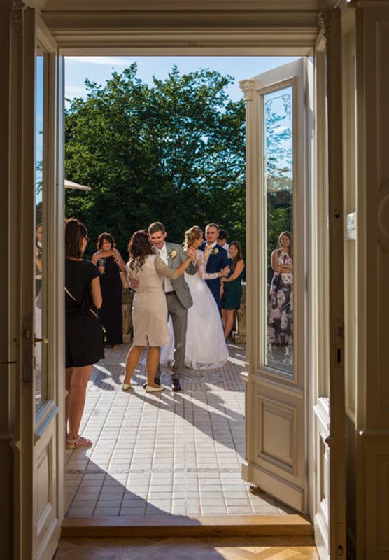 Svatební hosté tančí - svatební fotografie
