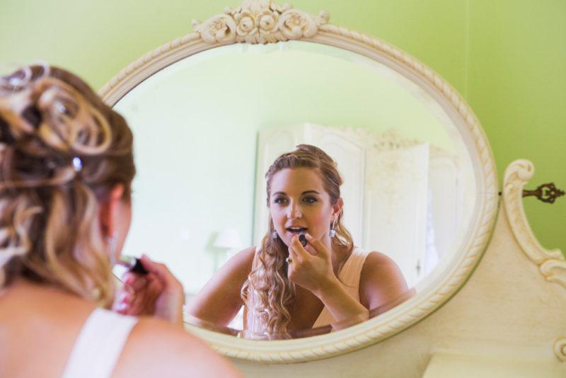 Nevěsta u zrcadla svatební momentka fotografie Hradec Králové