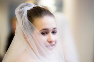 Mladá nevěsta se závojem - svatební fotografie