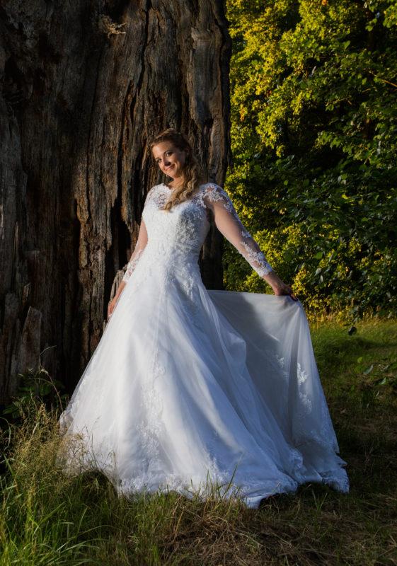 Nevěsta v parku svatební fotografie