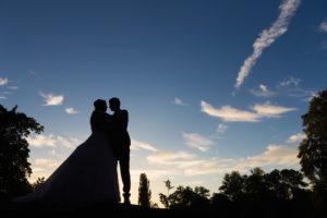 Ženich a nevěsta - silueta v zapadajícím slunci