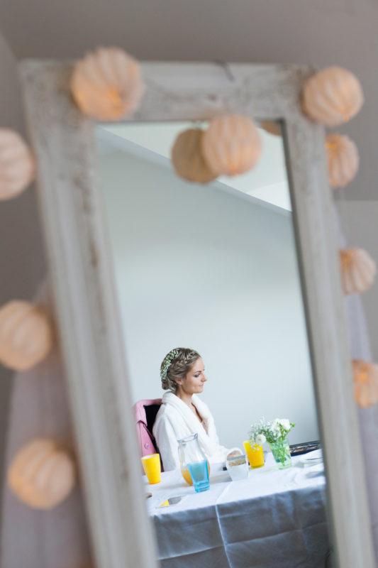 Čekající nevěsta v zrcadle - svatební fotografie Hradec Králové