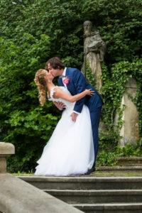 Nevěsta a ženich při polibku - svatební fotografie svatební fotograf