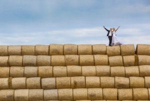 život s nadhledem, svatební fotografie na stohu slámy