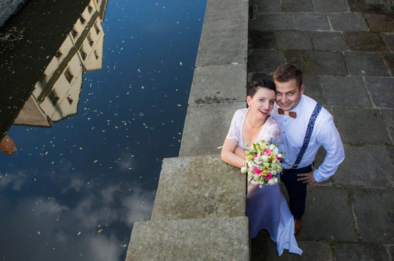ženich a nevěsta na mostě - svatební fotografie