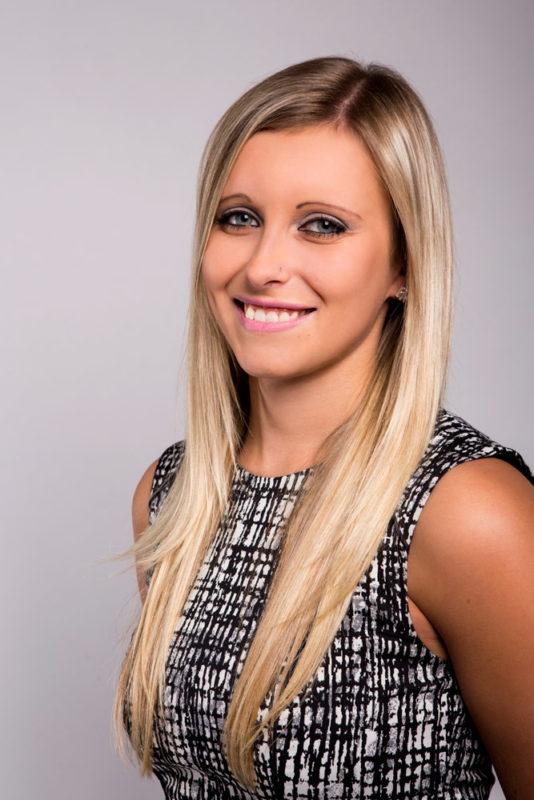 Usměvavá blondýnka fotoateliér FotoLittera