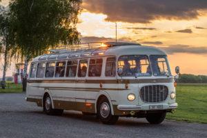 Historický autobus Škoda v západu slunce Promofoto O. Littera
